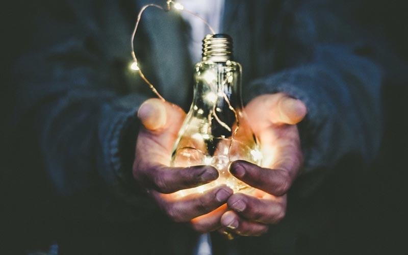 Klantbehoud - lampje in handen
